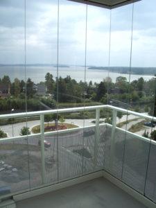 Balkonginglasning från golv till tak