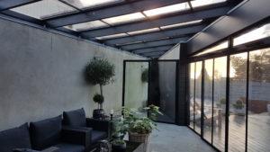 Uterum byggt i vinkel, med öppningsbart glastak också byggt i vinkel.